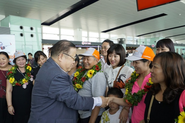 Vietjet Vice President Nguyen Duc Tam welcomes the first passengers on Hanoi-Taichung flight