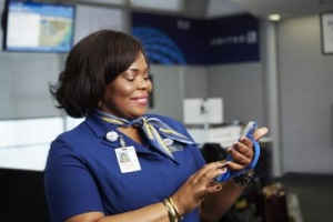 United Airlines rolls out iPhones to airport staff