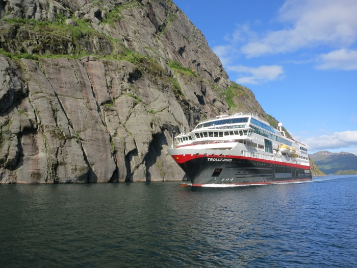 Hurtigruten extends cruise suspension until mid-May