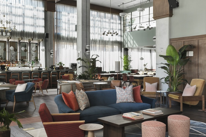 The hoxton chicago welcomes first guests in united for Hotel decor chicago