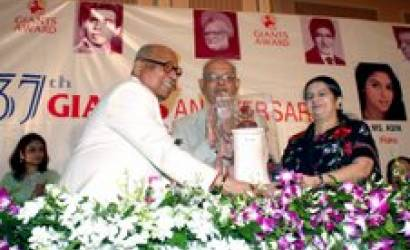 Captain Nair receives the Giant International Award