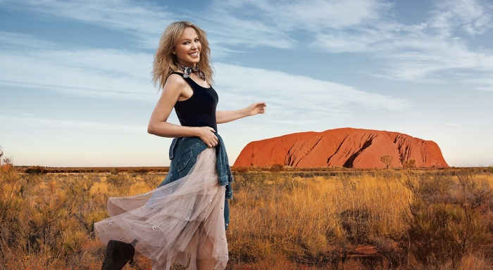Kylie Minogue woos Brits to sunny Australia